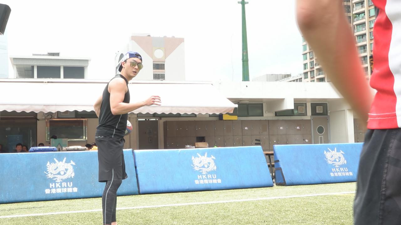 於新劇解決師飾欖球健將 王浩信為角色狂操練