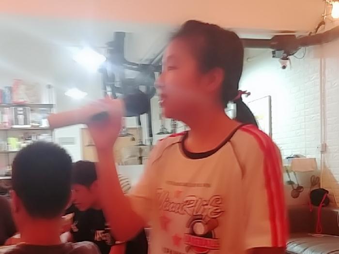 未成年少女合唱團。????