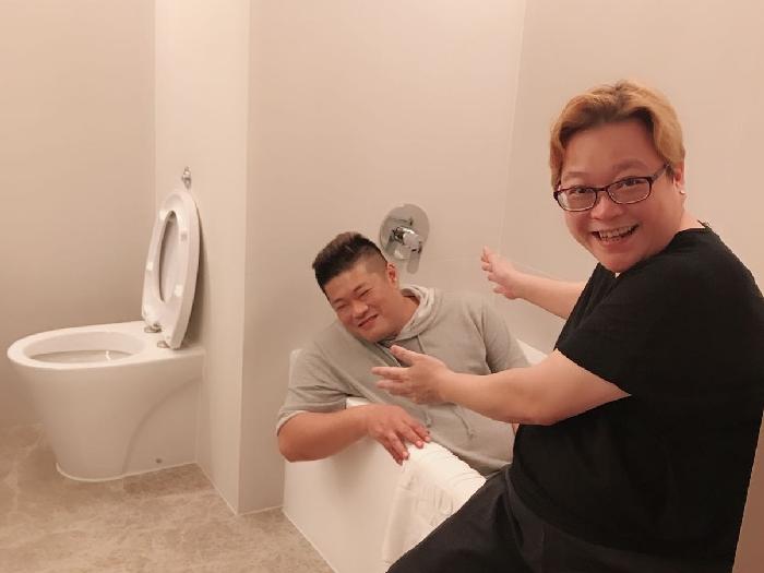 我同肥金喺廁所????