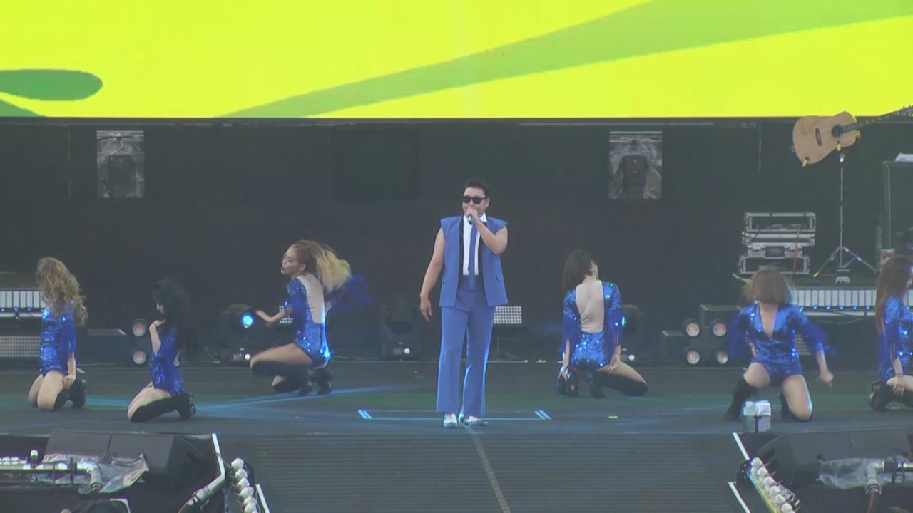 舉行濕身騷助粉絲消暑 PSY演唱多首歌曲