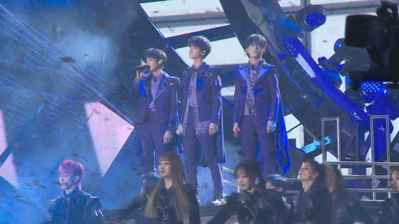 舉行演唱會慶祝成軍五周年 TFBOYS一身紫色華麗造型登場