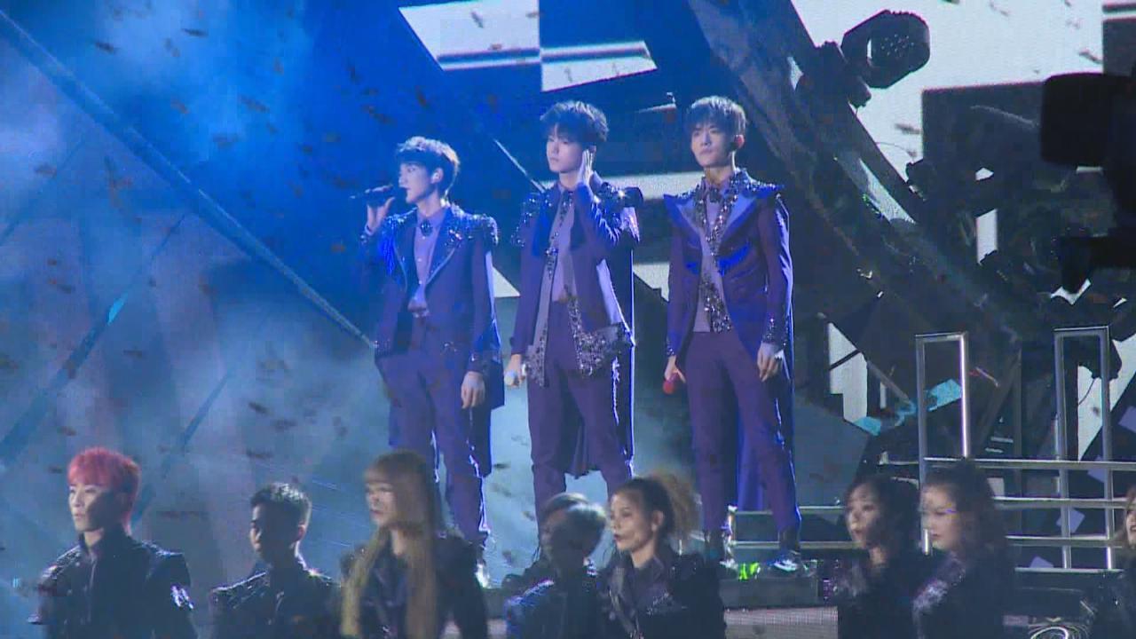 (國語)舉行演唱會慶祝成軍五周年 TFBOYS一身紫色華麗造型登場