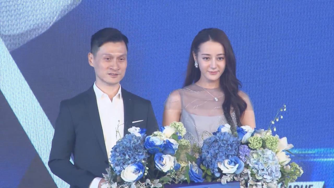 迪麗熱巴上海出席活動 以笑容展現迷人魅力