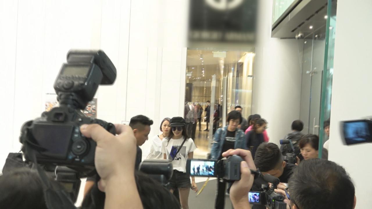 秦嵐來港出席品牌活動 提前試衫獲大批傳媒採訪