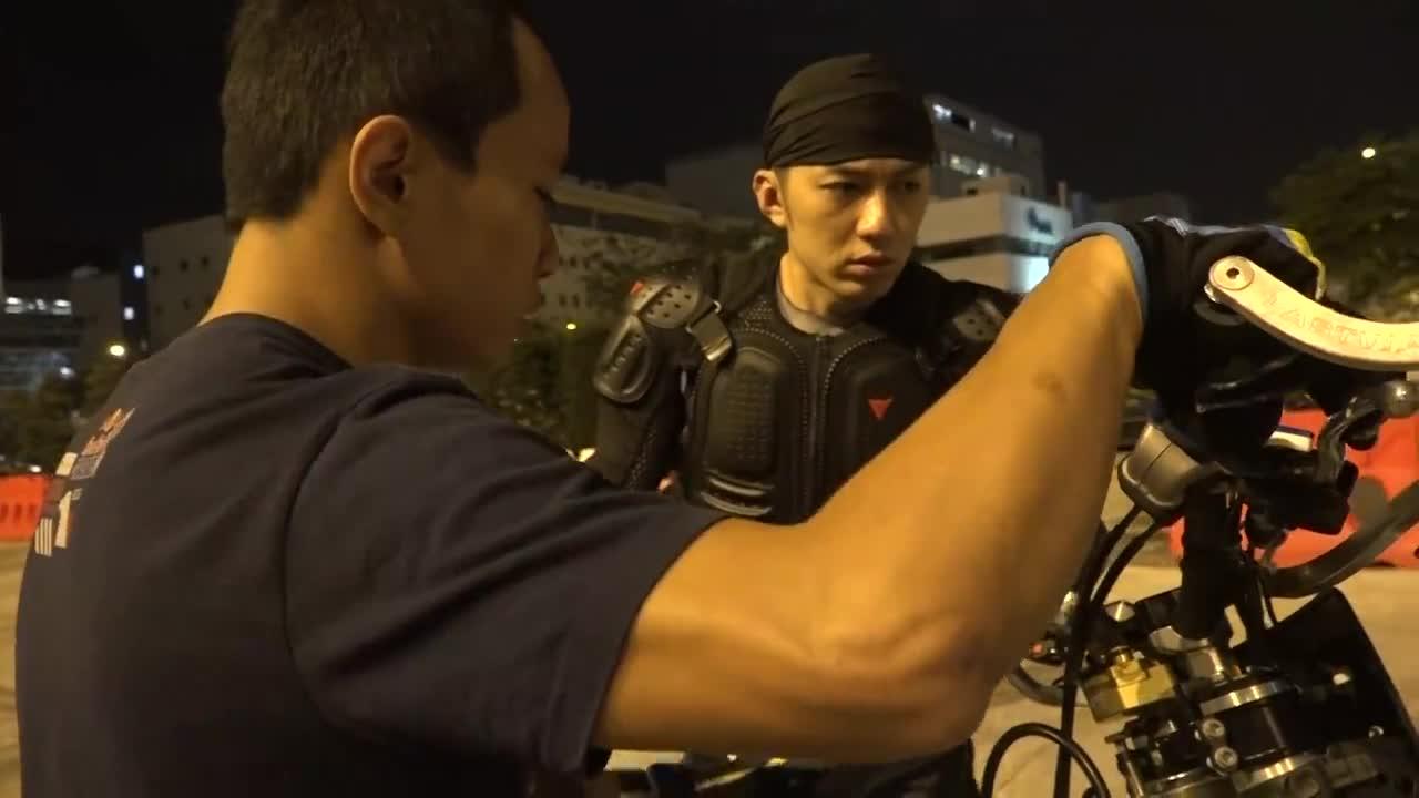 袁偉豪挑戰電單車特技