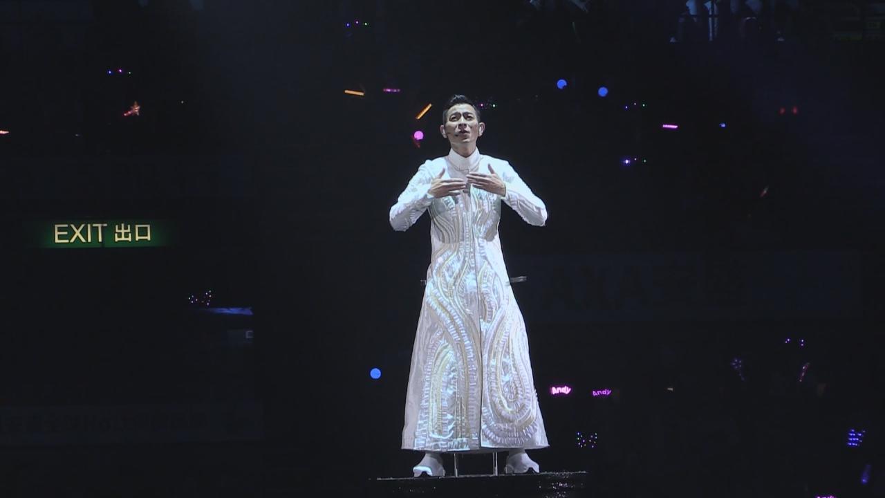演唱會如火如荼進行中 劉德華與觀眾歡度平安夜