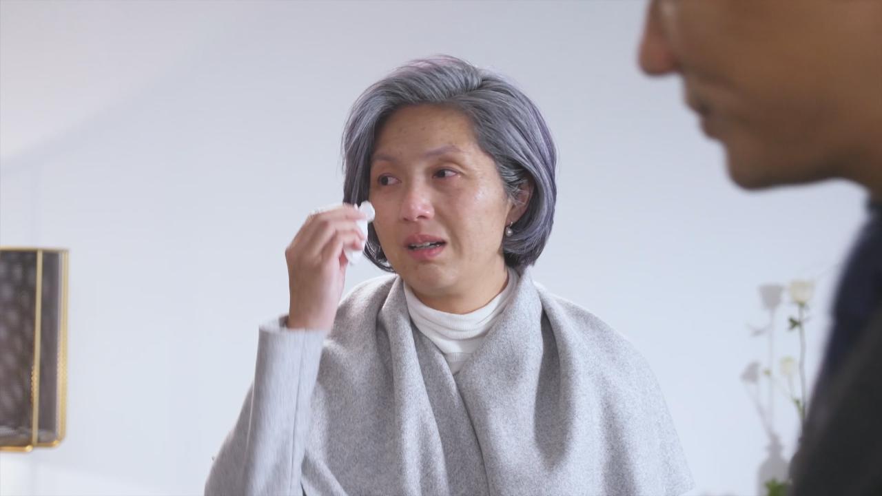 (國語)楊千嬅破天荒化老妝拍廣告 與老公丁子高相擁而泣
