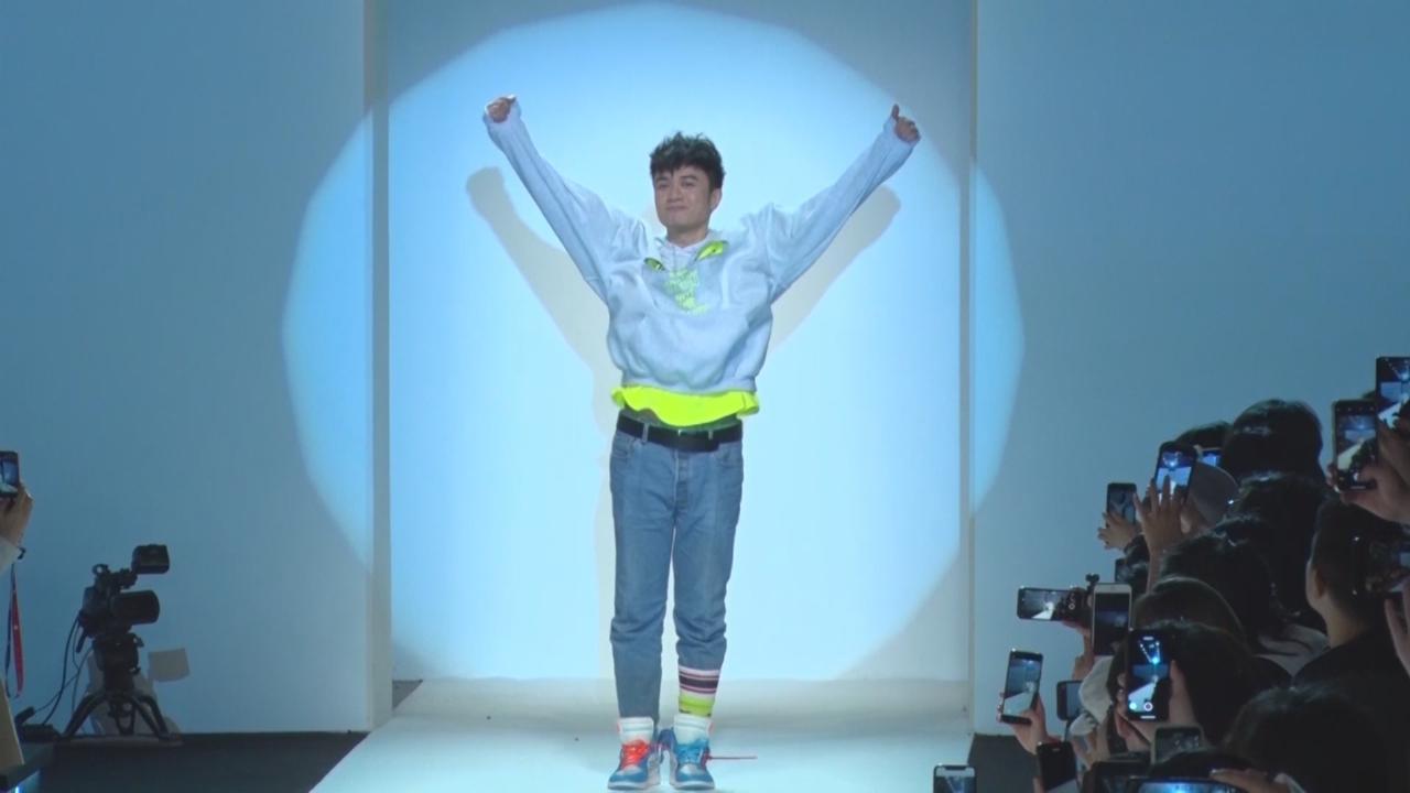 邀秦嵐為自家服裝品牌行天橋 古巨基大讚對方擁有長腿