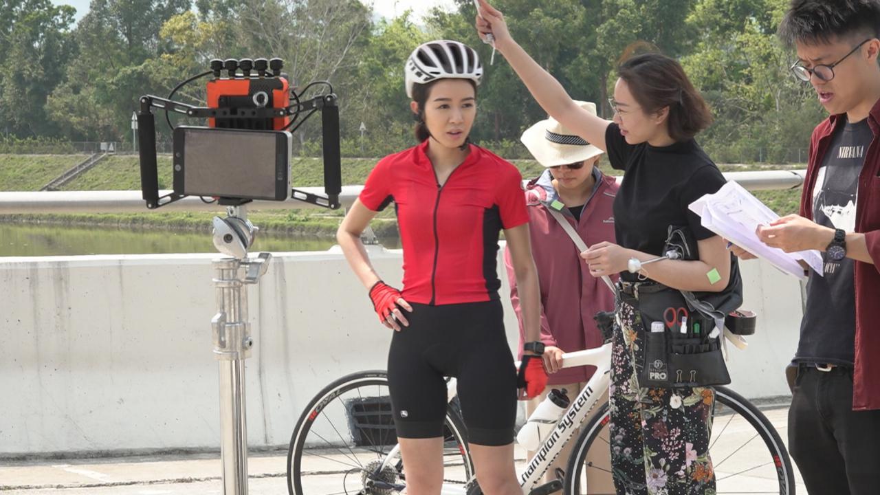 (國語)烈日當空下騎單車拍廣告 麥明詩做好防曬措施