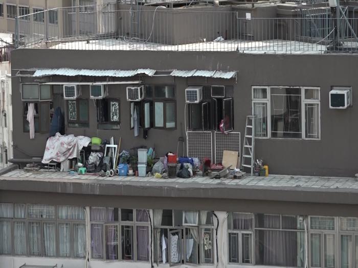 天台簷篷堆滿離物隨時跌落街釀意外