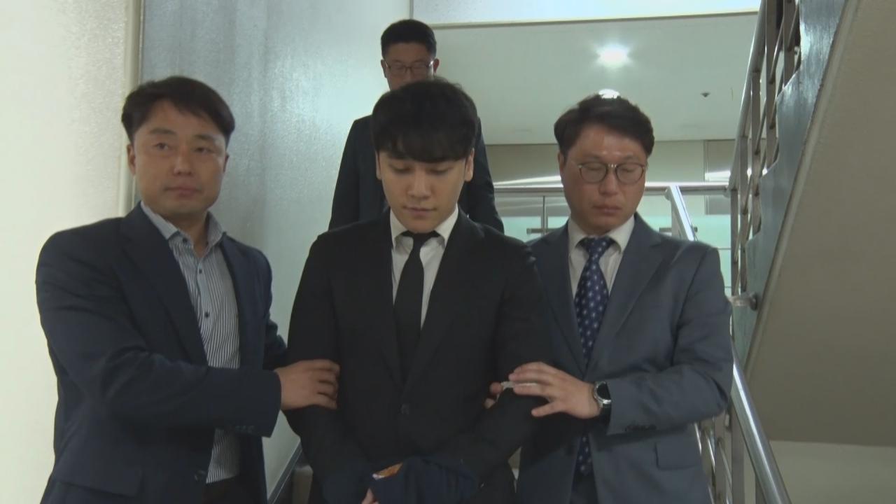 勝利接受拘留前審訊 被綁繩押送離開法庭