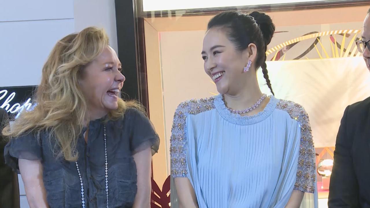 章子怡出席品牌活動 與合作多年夥伴成好友