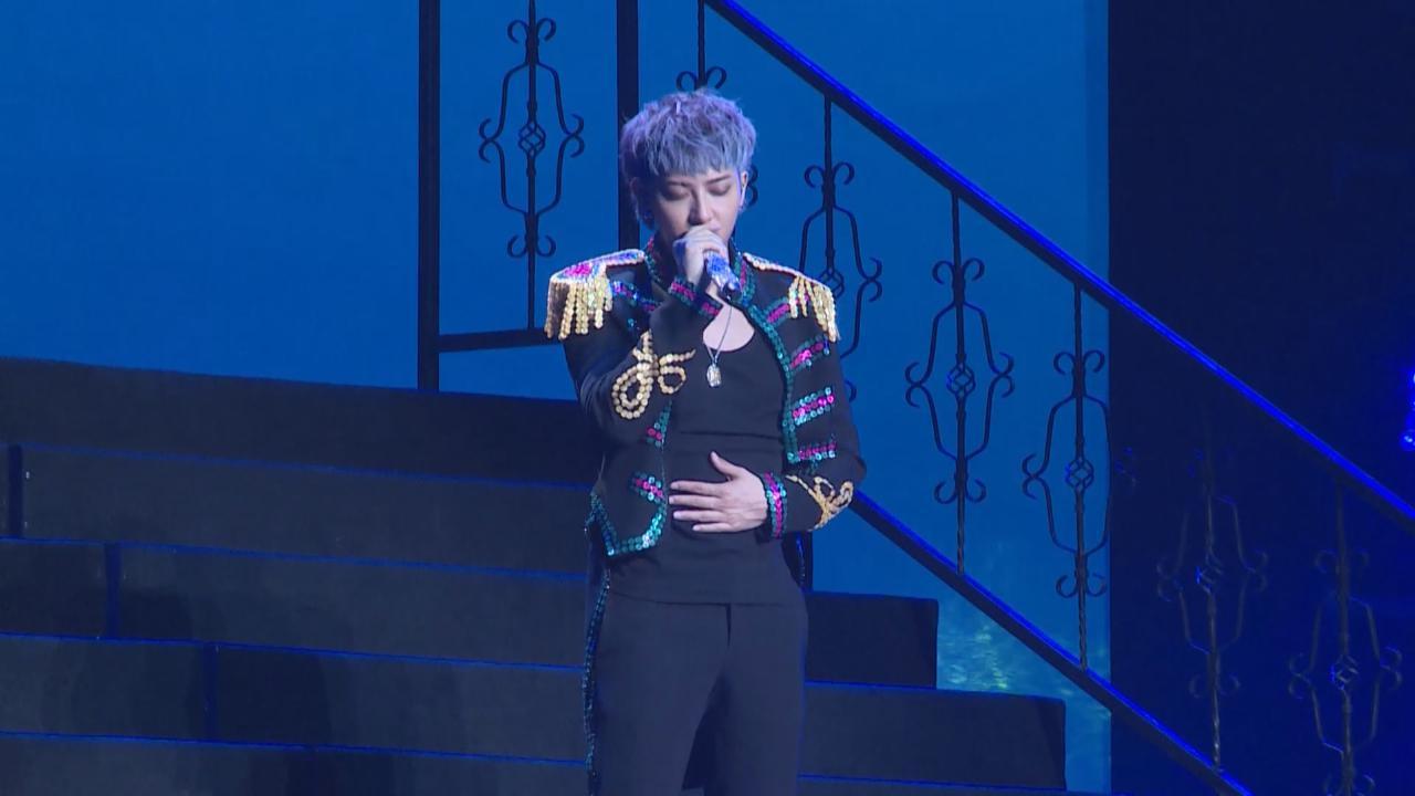 黃子韜上海舉行演唱會 粉絲一片藍色燈海應援