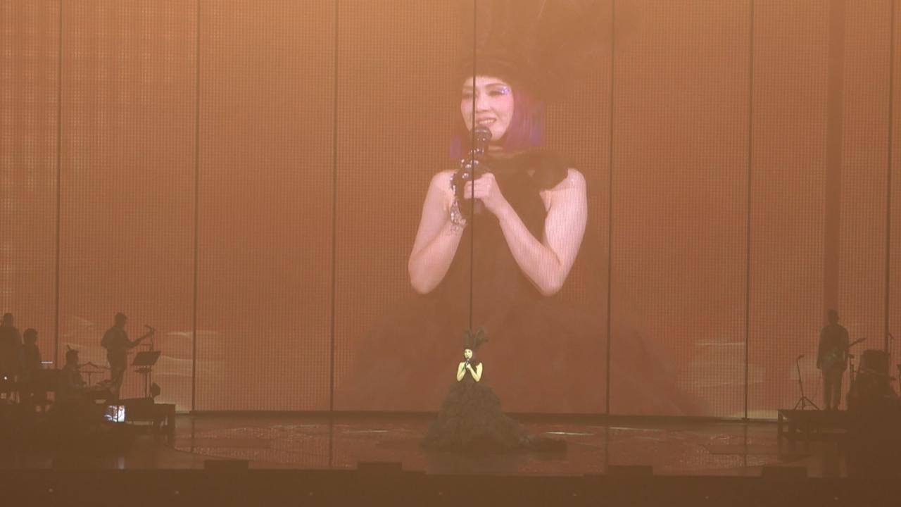 (國語)澳門舉行巡迴演唱會 楊千嬅以全黑造型登場