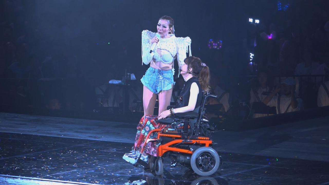 鄭秀文邀吳少芳任個唱嘉賓 兩人同台合唱感動觀眾