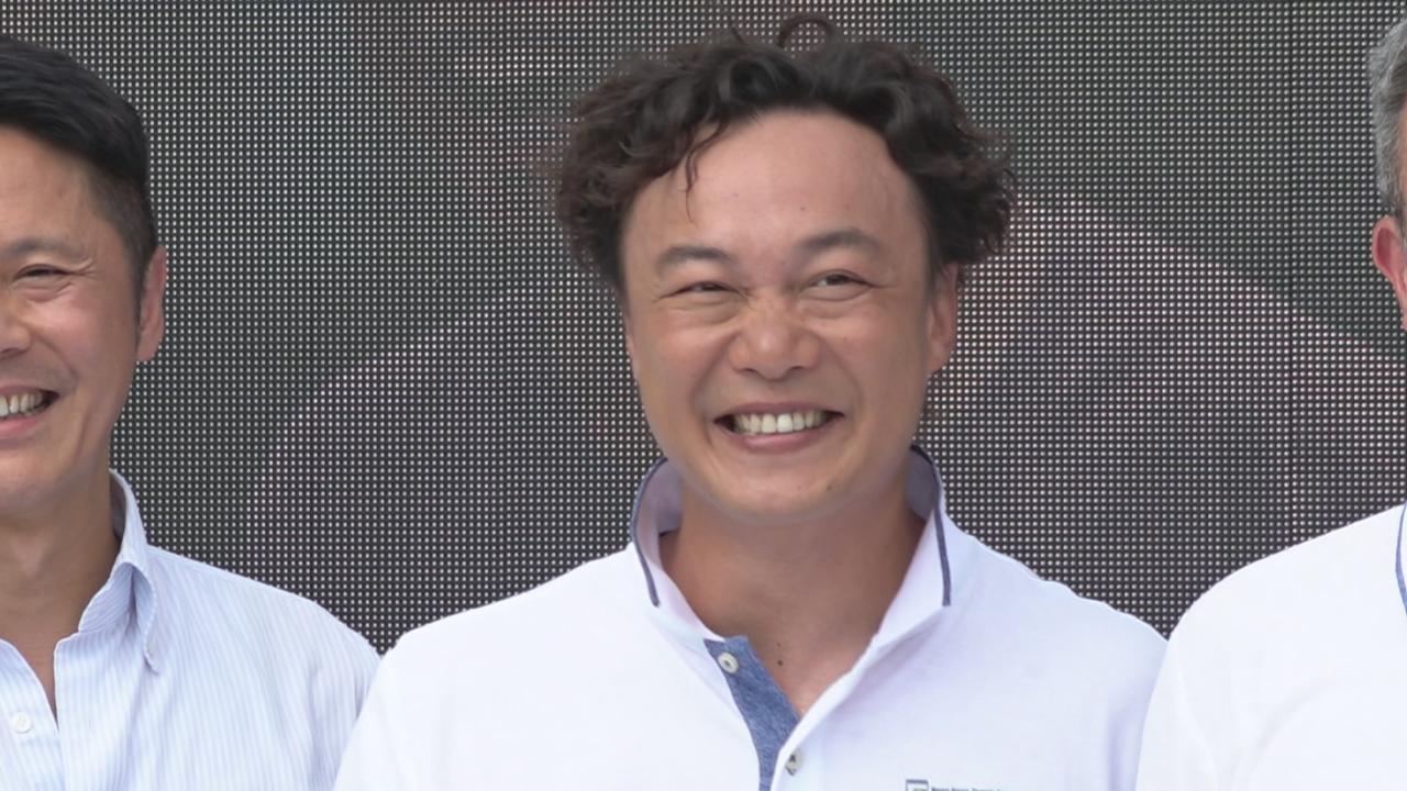 陳奕迅推廣網球 落場與曾俊華切磋球技