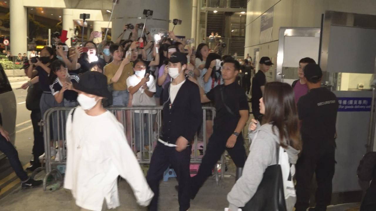 (國語)EXO到港舉行巡演香港站 獲大批粉絲熱情接機