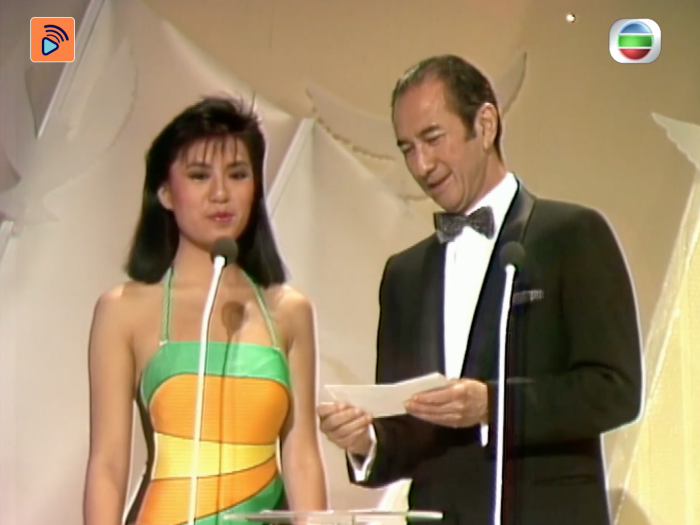 1985年決賽 賭王何鴻燊風趣地跟港姐開玩笑