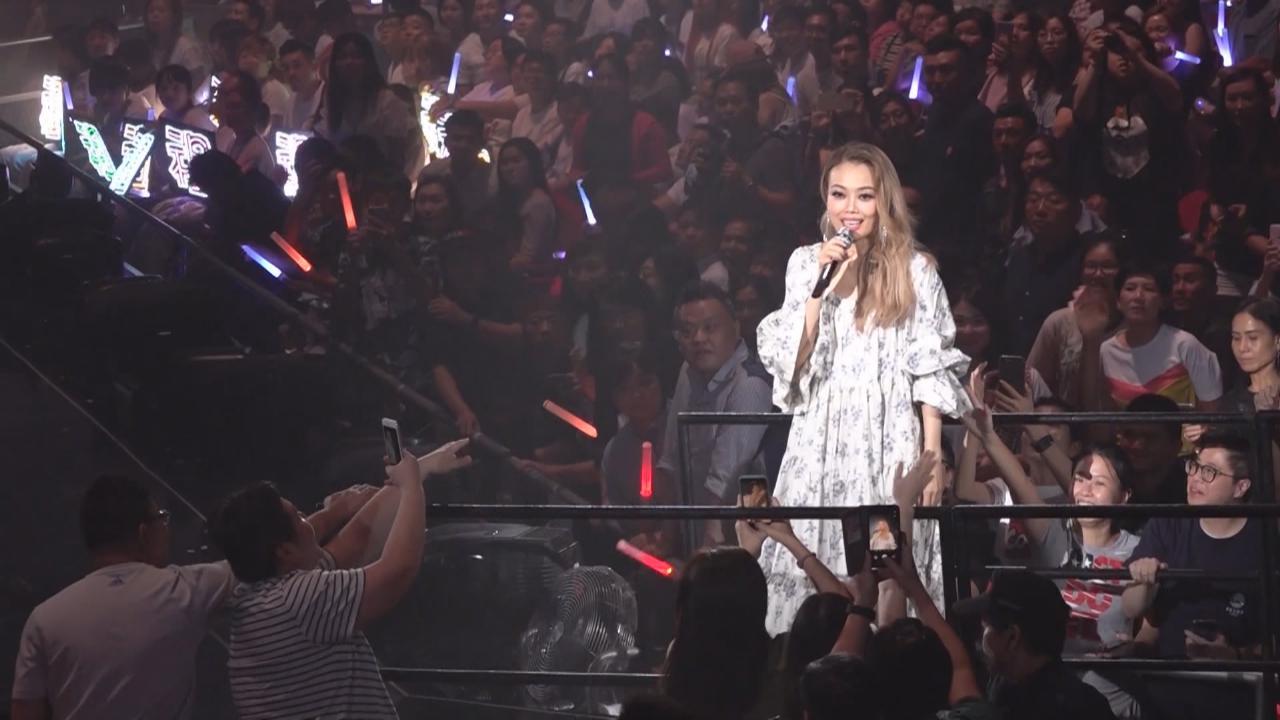 容祖兒第十場演唱會 與樂隊DearJane合唱經典情歌