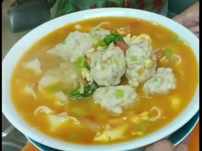 【鮮茄魚湯肉丸刀削麵】拆魚肉煎魚湯一手包辦!刀削麵鮮甜滿分!