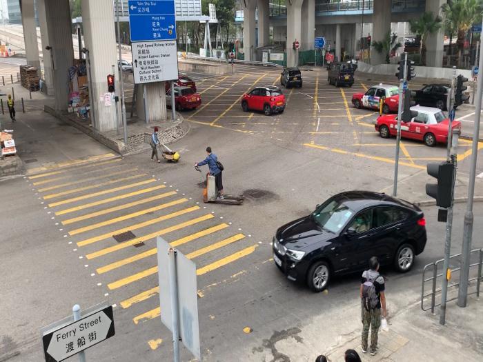 炸彈唧車高速通街走 小心俾佢撞到飛起
