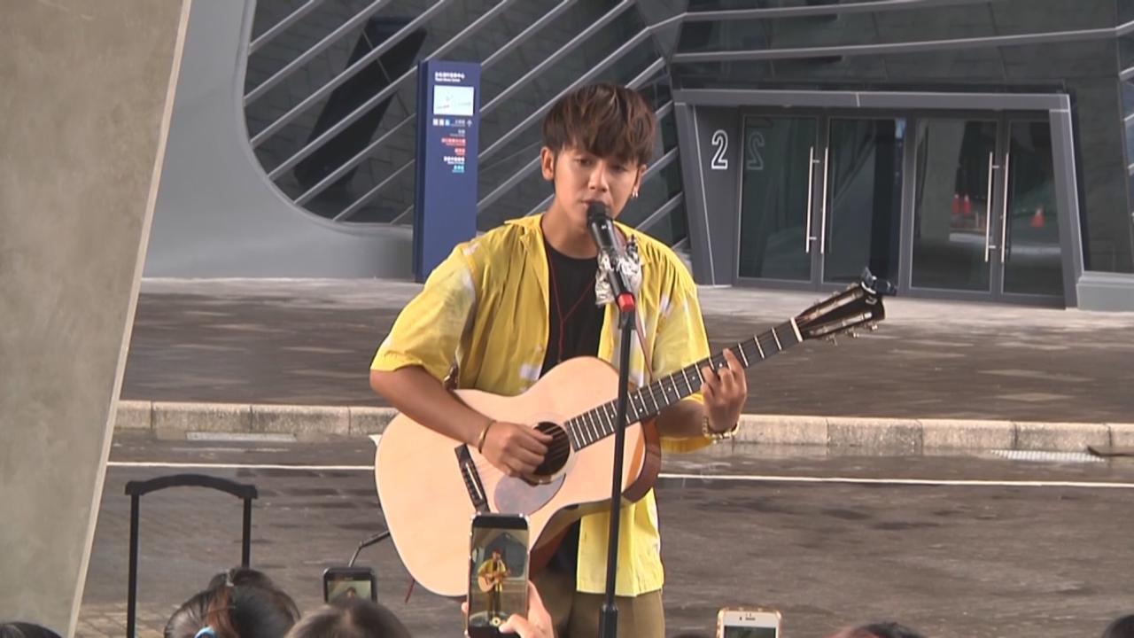 鼓鼓化身導遊帶粉絲遊台北 與歌迷合唱大派福利