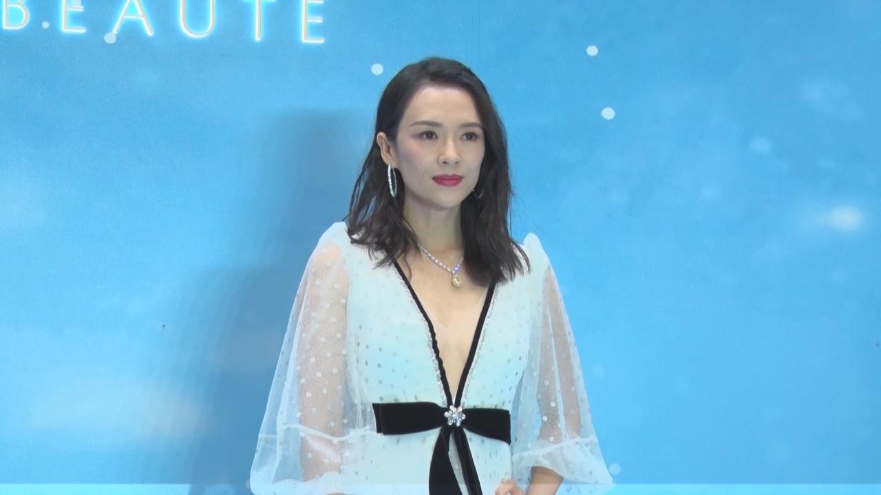 章子怡上海出席活動 讚汪峰堅持每日教醒醒彈琴