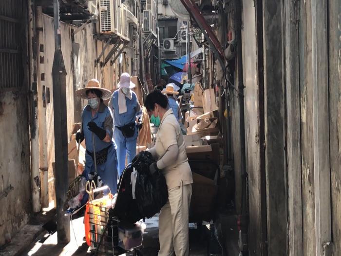 深水埗後巷霸王花 積存10噸雜物影響衛生釀火災