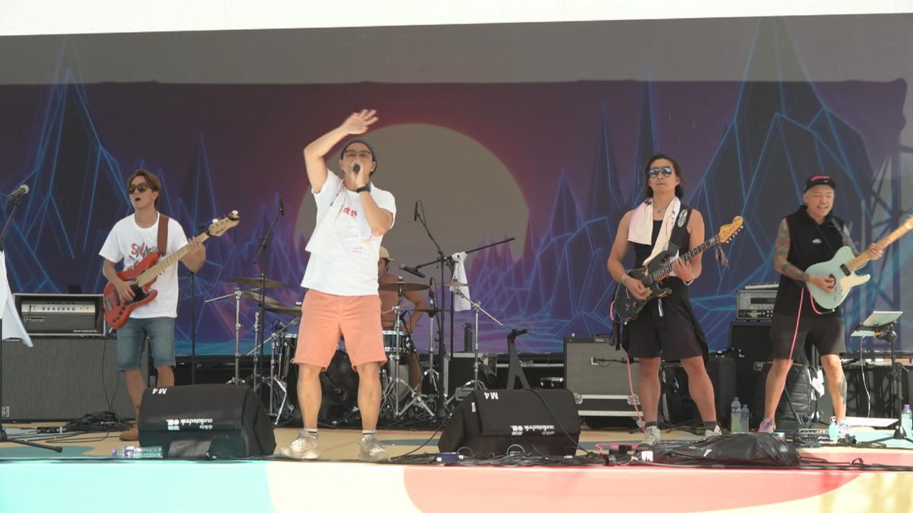 RubberBand高溫下舉行戶外演出 獲大批歌迷熱情撐場
