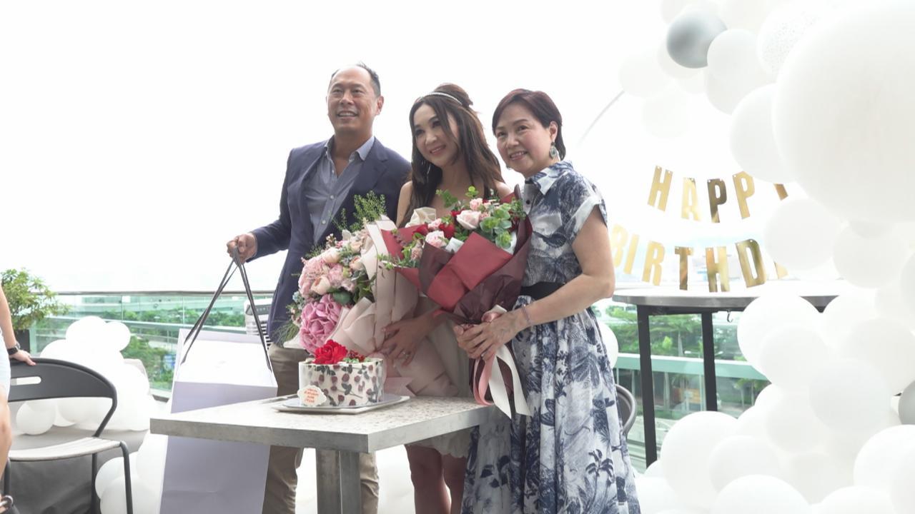 溫碧霞舉行五十五歲生日會 感恩老公好友齊到賀