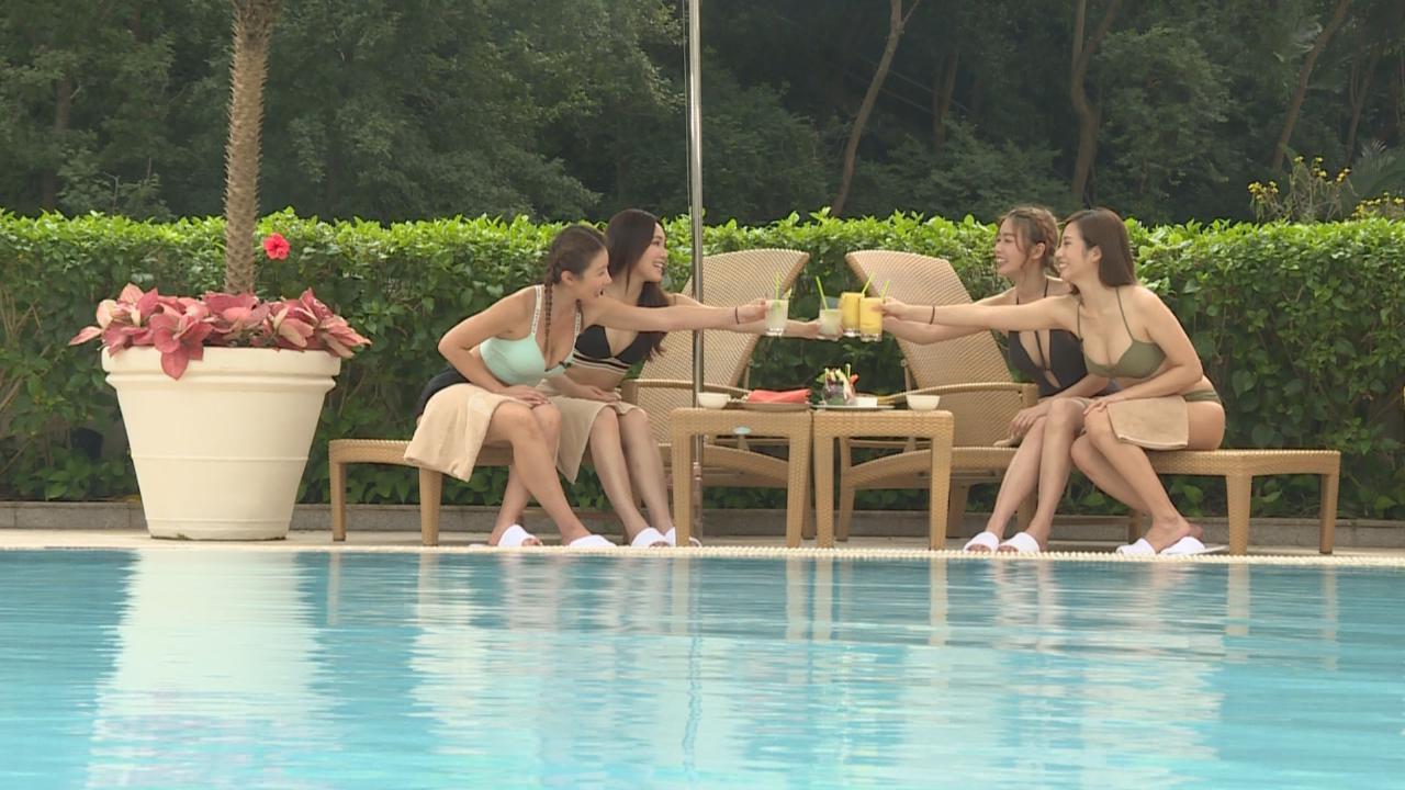 四位女神開泳池派對 久違以比堅尼上陣