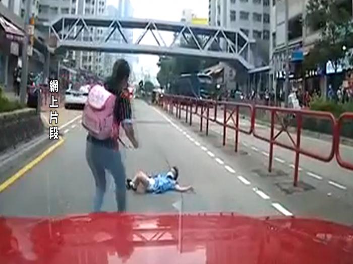 女學童馬路被的士撞飛 幸最後安然無恙